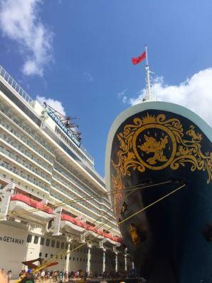 direkt neben uns lang die Disney Cruise Line