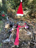 Ein Weihnachtsmann gebaut aus gefundenen Objekten