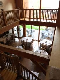 Blick vom oberen Stock in den Frühstücksraum